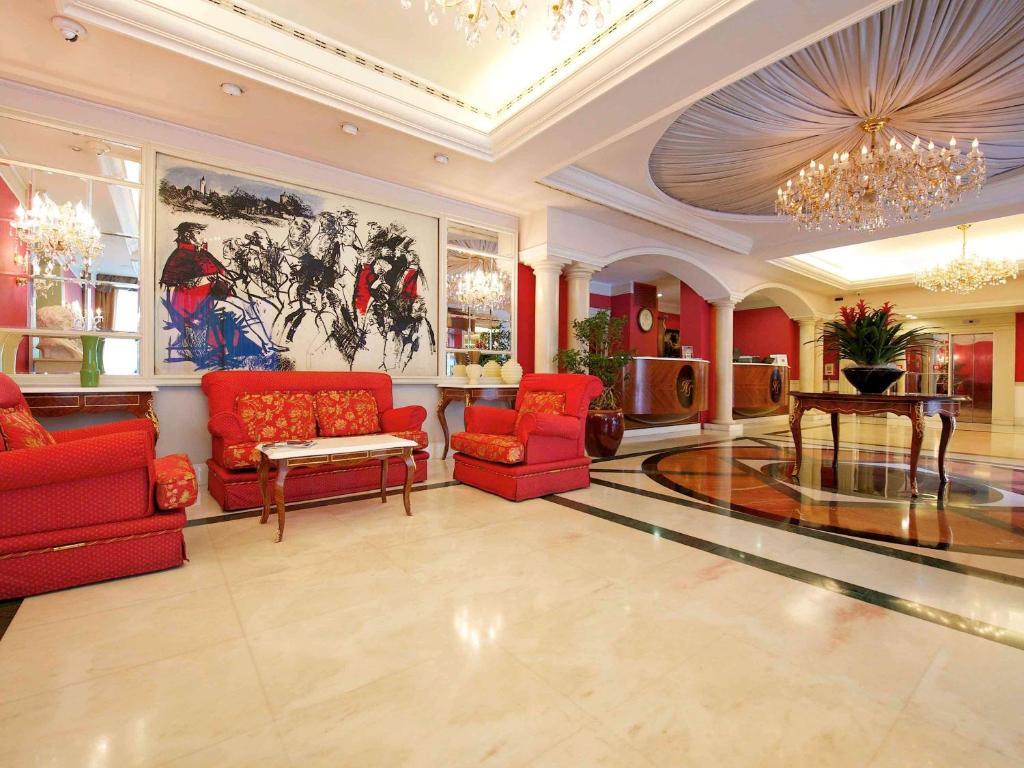 El vestíbulo o zona de recepción de Mercure Parma Stendhal