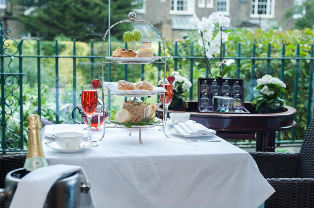 A restaurant or other place to eat at The Montague On The Gardens