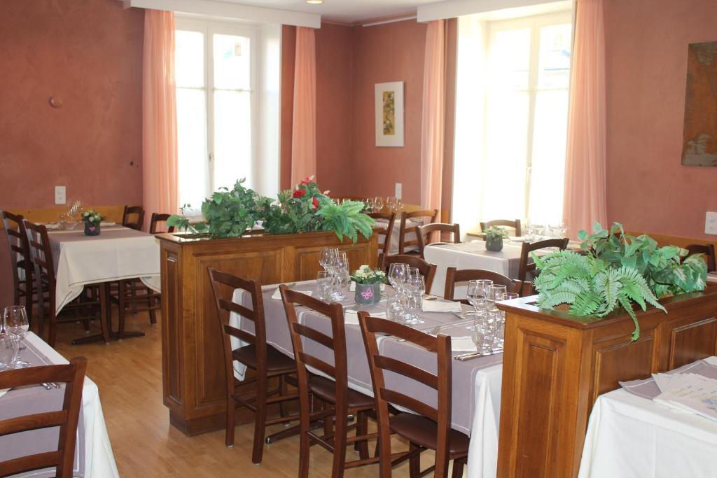 Ein Restaurant oder anderes Speiselokal in der Unterkunft Hôtel de la Gare