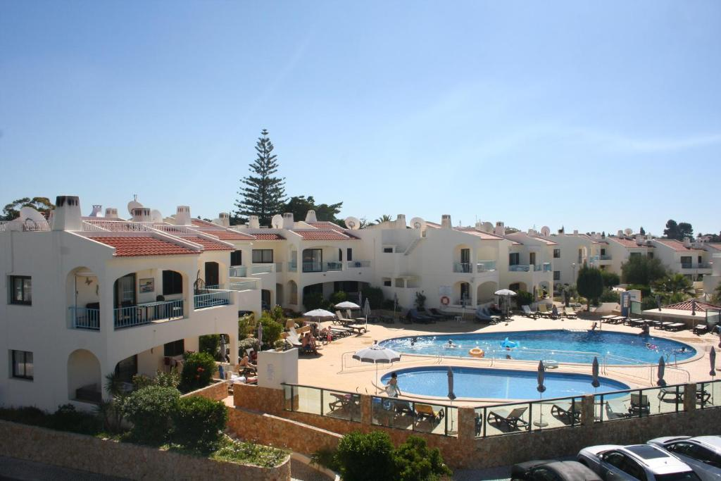 Uitzicht op het zwembad bij Monte Dourado of in de buurt