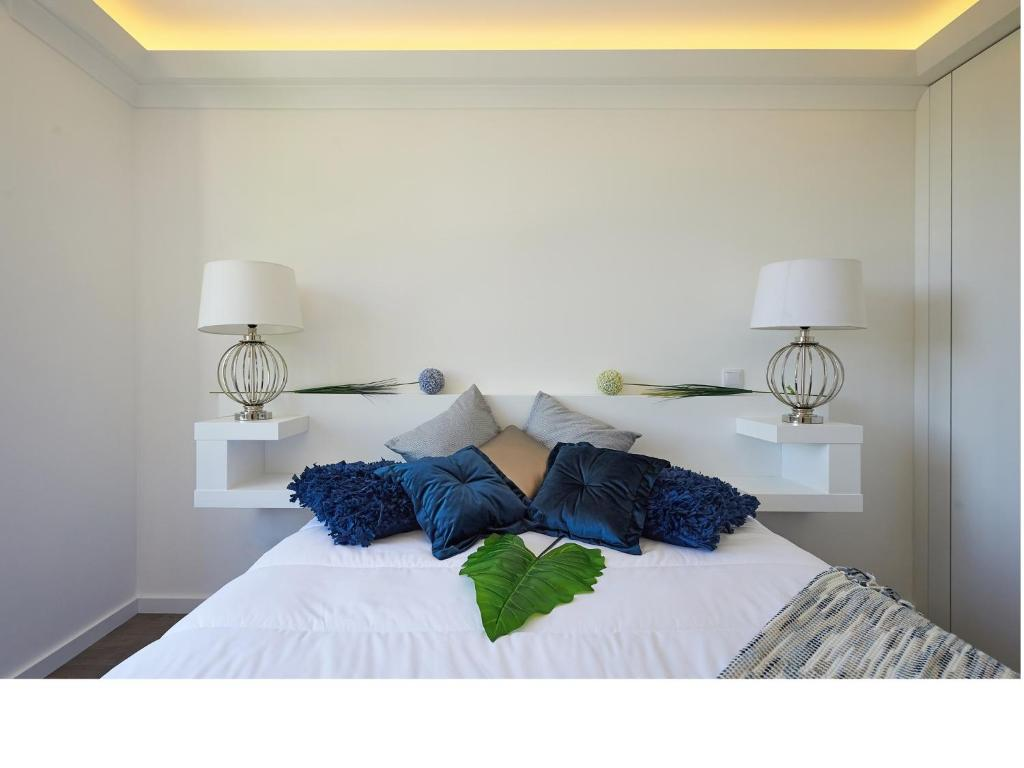 A bed or beds in a room at Sintra Design Apartment
