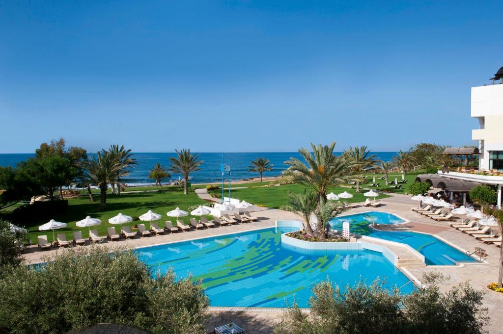 Вид на бассейн в Constantinou Bros Athena Royal Beach Hotel или окрестностях