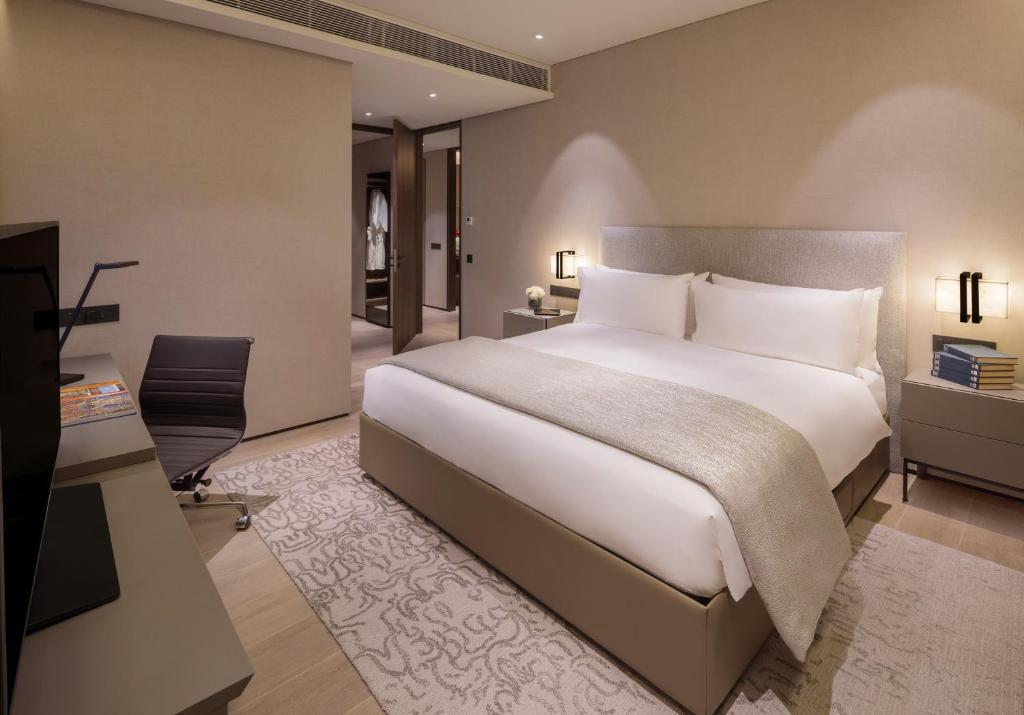 A bed or beds in a room at Oakwood Premier AMTD Singapore (SG Clean, Staycation Approved)