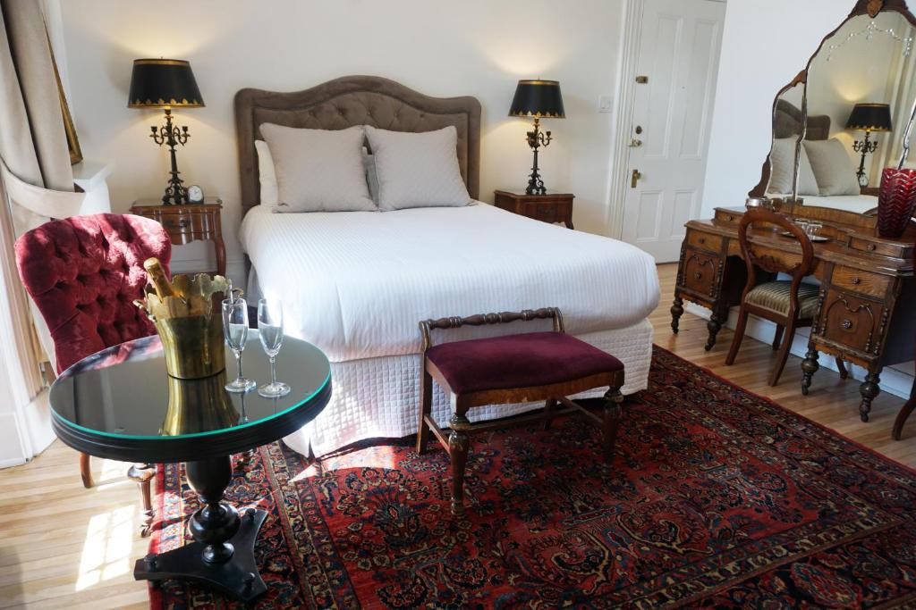 A bed or beds in a room at Hôtel Marie-Rollet