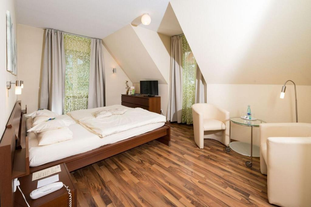 A bed or beds in a room at Flair Hotel Hopfengarten