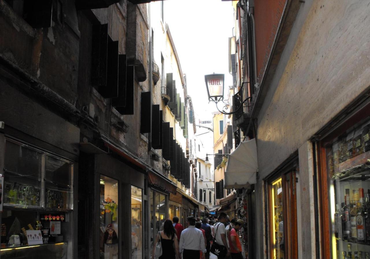 Best Western Hotel Montecarlo - Laterooms