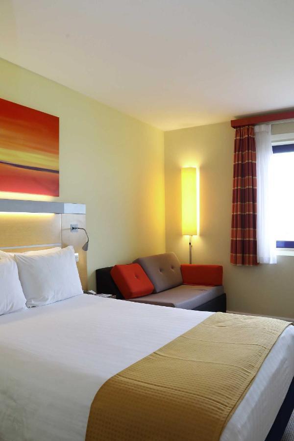 Holiday Inn Express LONDON - NEWBURY PARK - Laterooms