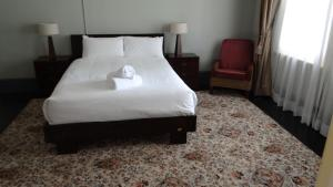 A bed or beds in a room at Byron Bay Cottages