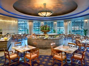 A restaurant or other place to eat at Sheraton Grande Sukhumvit, a Luxury Collection Hotel, Bangkok - SHA Certified
