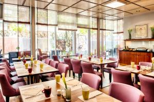 A restaurant or other place to eat at Leonardo Hotel & Residenz Muenchen