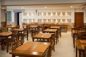 Um restaurante ou outro lugar para comer em Alves Hotel