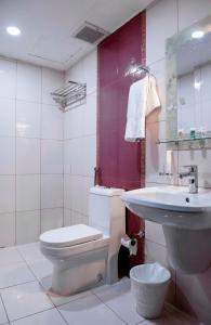 Um banheiro em Rolana Furnished Apartments