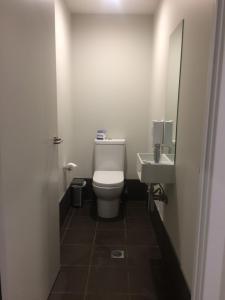 A bathroom at Leumeah Lodge
