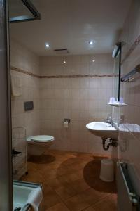 A bathroom at Hotel & Chalets Lampllehen