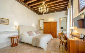 A bed or beds in a room at Hotel Palazzo Vitturi