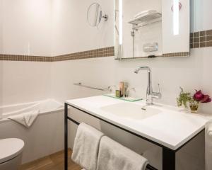 A bathroom at Hotel Malte - Astotel