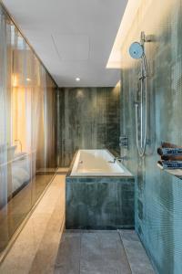Een badkamer bij ONE@Tokyo