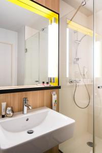 A bathroom at ibis Styles Guyancourt Versailles