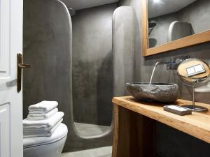Ένα μπάνιο στο Delmar Apartments & Suites Milos