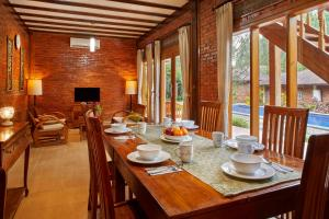 A restaurant or other place to eat at Jambuluwuk Convention Hall & Resort Puncak