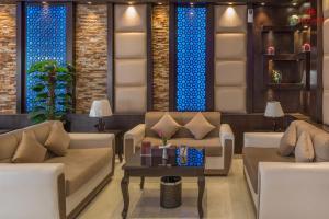 Uma área de estar em Sharurah Plaza Hotel