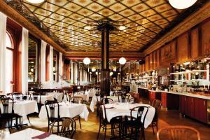 En restaurang eller annat matställe på Elite Hotel Knaust