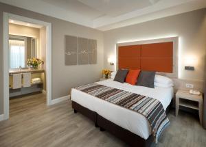 A bed or beds in a room at Hotel Villa Maria Regina