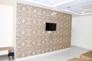 A television and/or entertainment centre at HOTEL ATA INN AND RESTAURANT (20 Mtrs from Dargah), Ajmer