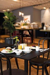 A restaurant or other place to eat at Elite Hotel Academia