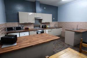 A kitchen or kitchenette at International Inn