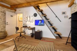 A television and/or entertainment centre at Guest House Tiramola