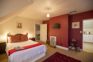 A bed or beds in a room at The Racecourse Inn