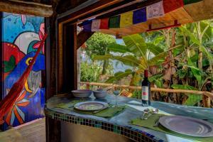 Um restaurante ou outro lugar para comer em Sea View Colorful House