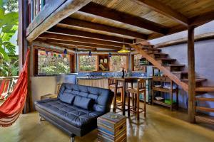 Uma área de estar em Sea View Colorful House