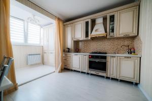 Кухня или мини-кухня в Комплекс апартаментов «Крылья»