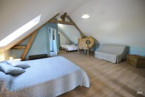 A bed or beds in a room at Chambres d'hôtes Ferme du Feugrès