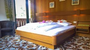 Ein Bett oder Betten in einem Zimmer der Unterkunft Hotel zur Krone