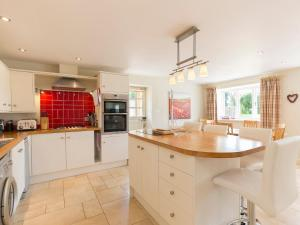 A kitchen or kitchenette at West Barn Cottage