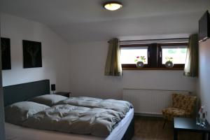 A bed or beds in a room at Pension Zum Wilhelm