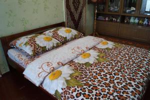 Кровать или кровати в номере Apartment na L'va Tolstogo 52