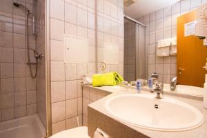 A bathroom at Aparthotel am Rennsteig