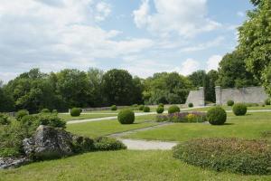 A garden outside Château de Montramé