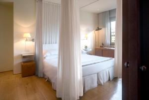 A bed or beds in a room at Continentale - Lungarno Collection