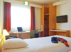 A bed or beds in a room at ibis Köln Frechen