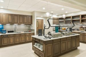 A kitchen or kitchenette at Homewood Suites by Hilton Orlando-UCF Area