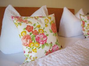 Ein Bett oder Betten in einem Zimmer der Unterkunft Gästehaus Bergstüberl