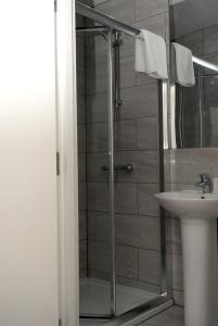 A bathroom at Guest House London