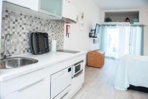 A kitchen or kitchenette at Apartamento do Atlantico