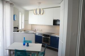 A kitchen or kitchenette at T1 Moderne Plage des Catalans