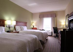 A bed or beds in a room at Hampton Inn Harriman Woodbury